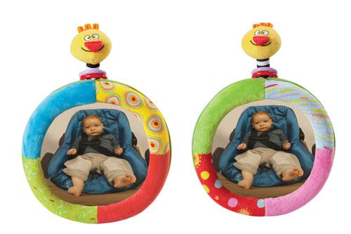 Un miroir de voiture à fixer sur le siège avant pour amuser bébé et permettre aux parents de garder l´oil ! Miroir incurvé avec oiseau hochet et anneaux en plastique. Se fixe aisément grâce au système de velcro. Dès la naissance.