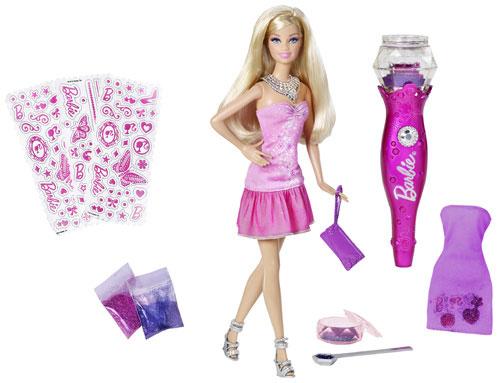 Cette poupée permet aux filles de customiser les tenues avec des paillettes ! Il suffit de choisir un sticker, de le coller sur la tenue, d´y déposer des paillettes et d´enlever le surplus avec l´accessoire fourni. 5 ans et + 2xLR03 non Incl.