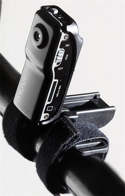 Le design micro unique du Muvi permet lenregistrement de vidéo numérique dans des situations où il ne serait pas possible dutiliser un caméscope standard. Le kit de montage sports extrêmes permettra à lutilisateur de filmer des vidéos et sons numériques d