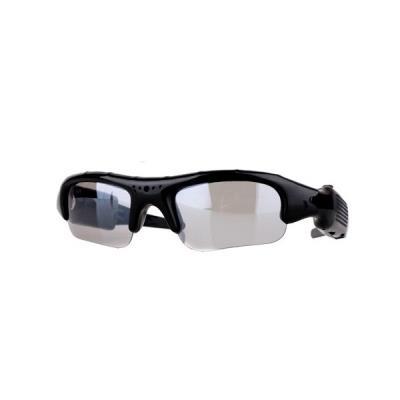 Ces lunettes caméra espion possèdent une mini caméra et un microphone incorporé. Elles ont la capacité de prendre des vidéos 640x480 pixels et des photos 1280x960 pixels. Une simple pression sur le bouton situé sur une des branches des lunettes lance l´en