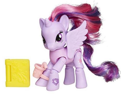 Donne vie à Twilight grâce à ce poney articulé qui déclenche une action magique quand tu appuies sur sa tête ! Il peut s´asseoir, se coucher, se mettre debout, pour encore plus de jeu et d´histoires. 8 points d´articulations. Accessoires inclus.