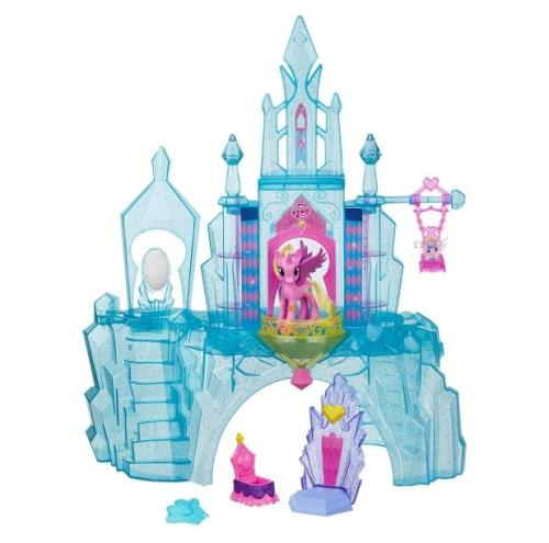 Joue avec princesse Cadance et le prince Shining Armor dans leur château pailleté tout en transparence qui s´illumine de différentes couleurs. Inclus 2 personnages et 15 accessoires. Fonctionne avec piles LR3 incluses. Dès 3 ans.