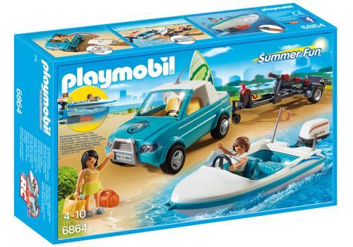 Surf ou balade en mer ? Les deux surfeurs partent à la plage en voiture, leur remorque leur permet d´emporter leur bateau équipé d´un moteur submersible. Ils vont se rendre sur le meilleur spot pour la pratique du surf. La remorque pour le bateau s´accroc