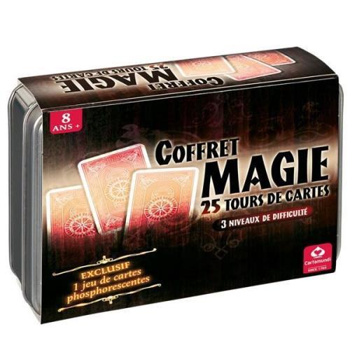 Accessible dès 8 ans, ce coffret propose 25 tours de cartes ! Pour s´initier progressivement à la magie, vous trouverez 25 tours différents et classés par difficultés (3 niveaux). Contenu : 1 jeu de 54 cartes 1 jeu de 54 cartes phosphorescentes 1 livret e