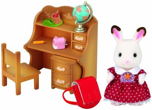 Un superbe bureau pour étudier ou dessiner. Inclus : 1 figurine + accessoires : - Figurine : Fillette Lapin Chocolat - Accessoires : 1 bureau avec 1 caisson 2 tiroirs, 1 chaise, 1 mappemonde, 1 cartable, 1 pot à crayons avec 2 crayons, 1 taille crayons.
