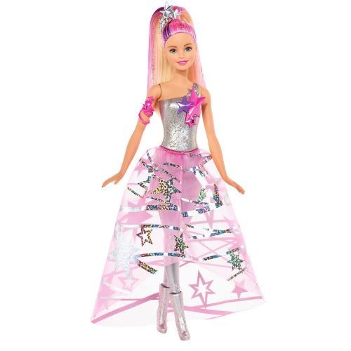Barbie est une princesse des étoiles qui porte un bustier métallisé avec des étoiles incrustées et un long jupon de voile rose transparent imprimé de grandes étoiles et de rubans argentés. Ses très longs cheveux sont striés de fils d´argent et de mèches r