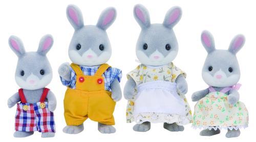 La famille lapin gris est composée de 4 personnages : la maman, le papa, le fils et la fille. Ils sont tous articulés. Ils sont tous habillés avec soin. Leurs vêtements peuvent être enlevés et remis à loisir.