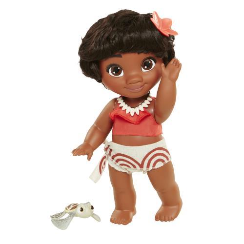 Poupée 33cm Vaiana Bébé accompagnée de sa petite tortue. La poupée est Vaiana Bébé et a les cheveux courts. Elle porte la robe icone du film ainsi qu´un collier coquillage et est accompagnée d´une petite tortue pour jouer avec partout !