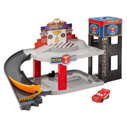 Avec ce Garage Piston Cup Cars de Mattel, votre enfant rejoue les aventures de ces héros favoris ! Très complet, le garage dispose de 3 zones de jeu différentes. La première zone de jeu est l´ascenseur, très pratique pour monter d´un étage et d´accéder au