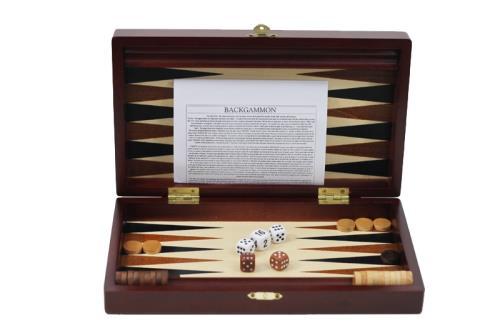 Voici un magnifique coffret de backgammon en bois teinte acajou, un jeu de déplacement pour 2 joueurs où tactique et réflexion seront des qualités nécessaires. Ce jeu pliable à fermeture métallique renferme toutes les pièces de jeu nécessaires, très prati