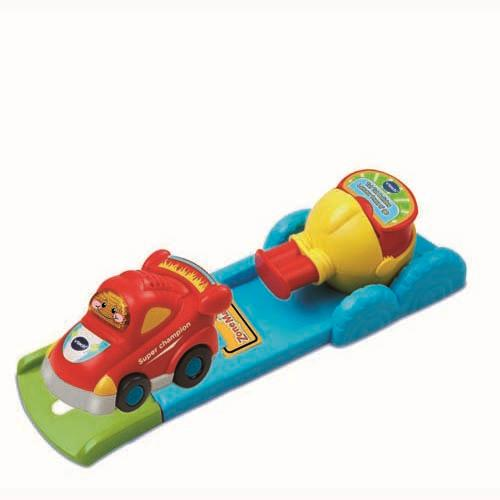 Il suffit d´appuyer sur le bouton du lanceur pour éjecter la voiture de course Léon sur les pistes et déclencher des phrases et sons amusants. Le lanceur est détachable et peut se connecter sur les autres univers de la collection Tut Tut Bolides. Inclus 1