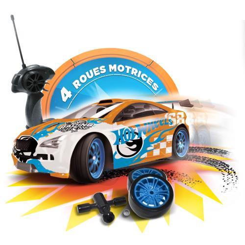 Voiture radio commandée aux couleurs de HOT WHEELS Commande toutes fonctions avec roues interchangeables (lisses ou adhérentes) ++ 4 roues motrices pour des dérapages de folie et un pilotage dynamique ! Échelle : 1/16ème Vitesse : 12 km/h 2 fréquences Car