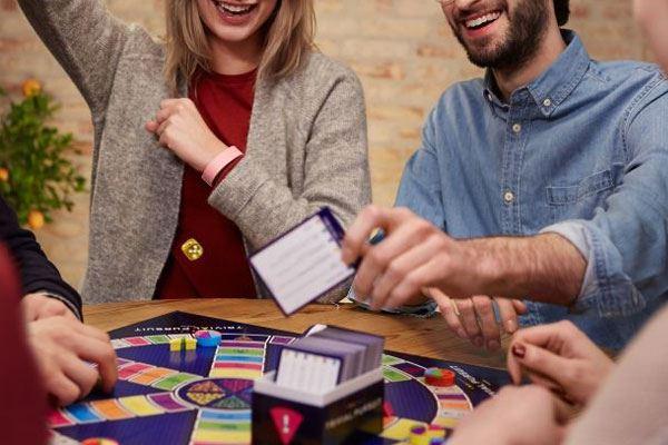 les meilleurs jeux d ambiance pour vos soir es entre amis. Black Bedroom Furniture Sets. Home Design Ideas