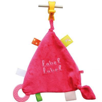 Doudou TriangleLABEL LABELCompagnon indispensable des bébés grâce à sa texture, ses bruits au toucher et ses couleurs, ledoudou permet de développer les sens de bébés !Un drôle de triangle qui peut s'accrocher partout : siège auto, poussette, lit...et q