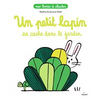 Un petit lapin se cache dans le jardin