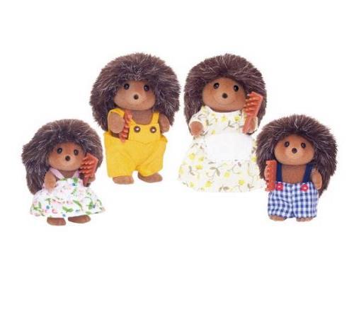 La famille hérisson est composée de 4 personnages : la maman, le papa, le fils et la fille. Ils sont tous articulés. Ils sont tous habillés avec soin. Leurs vêtements peuvent être enlevés et remis à loisir.