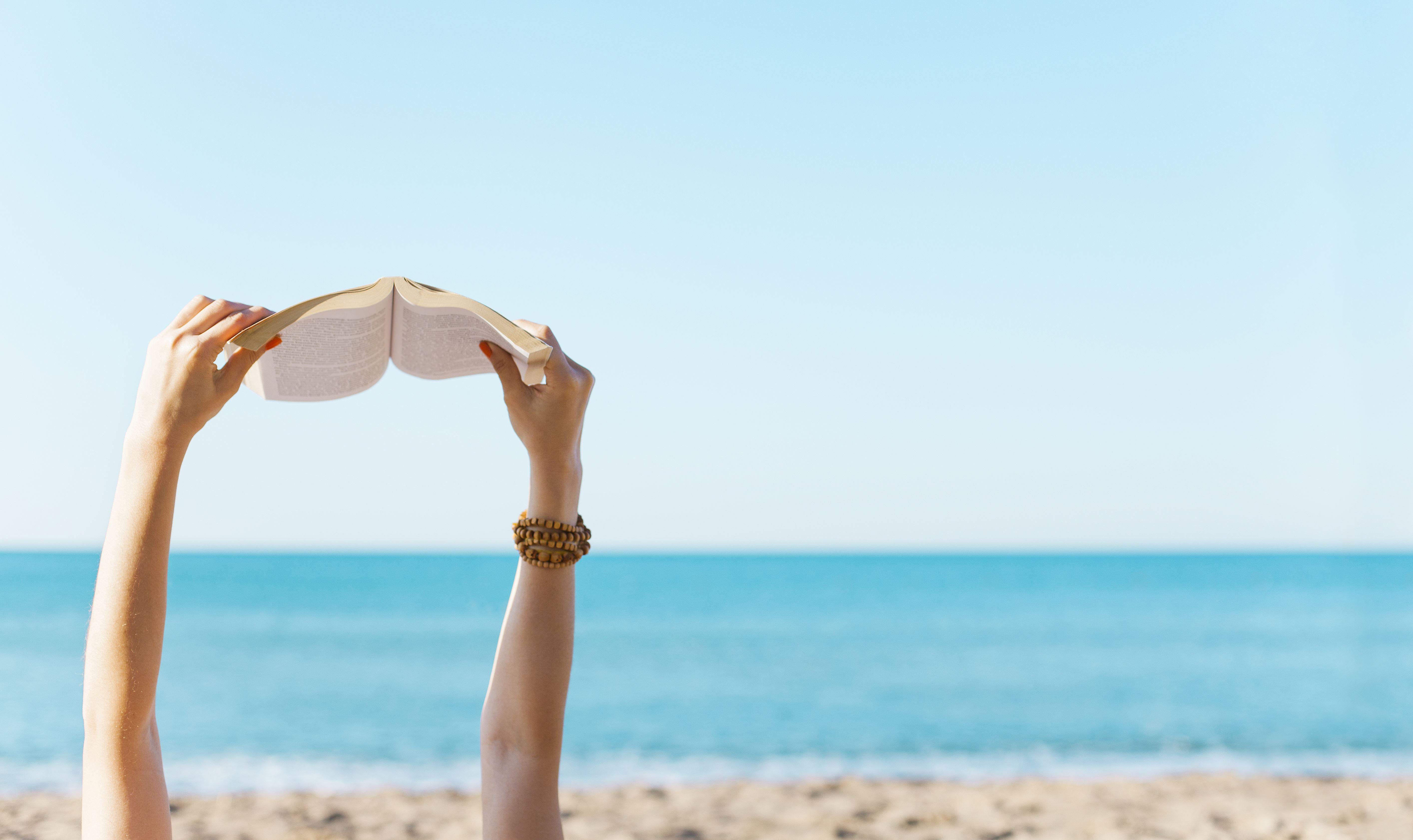 10 livros que te vão acompanhar nas férias