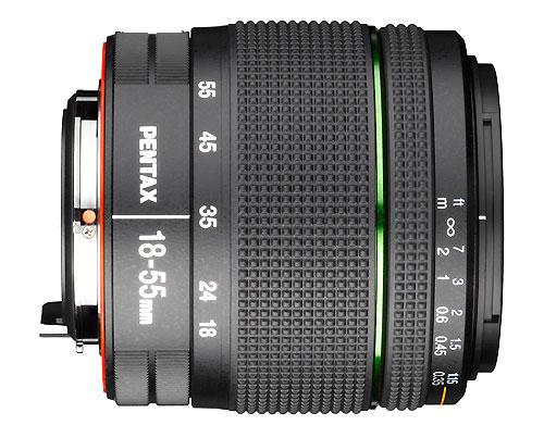 Zoom trans-standard tropicalisée Pentax Smc DA 18 – 55 mm, spécifique boîtier Pentax à capteur APS-C, monture Pentax KAF; Equiv. 35 mm : 27,5 - 84 mm; Construction optique : 11 éléments en 8 groupes incluant des lentilles asphériques & en